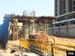 正在修建中的艾哈迈达巴德城市地铁,由日本公司承建。(美国之音朱诺拍摄,2017年11月15日)