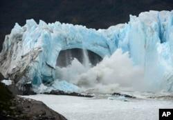 Chunks of ice break off the Perito Moreno Glacier in Lake Argentina at Los Glaciares National Park near El Calafate, in Argentina's Patagonia region, March 10, 2016. (AP Photo)