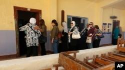 2015年10月18日埃及妇女排队参加第一轮的埃及议会选举。