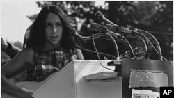 Ca sĩ Joan Baez (hình chụp năm 1963)
