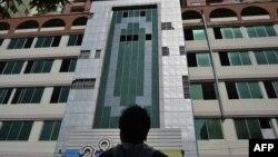 Mặt tiền của Mann Myanmar Plaza, tòa nhà cao nhất ở Mandalay, nơi một số tấm cửa sổ bị mất tích sau trận động đất mạnh 6,8-độ, ngày 11/11/2012