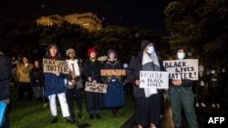新西蘭抗議者在惠靈頓的議會前抗議。(2020年6月1日)