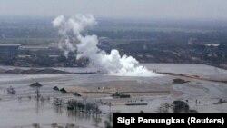 Lumpur dan uap yang berasal dari sumur minyak eksplorasi yang dioperasikan Lapindo Brantas di Sidoarjo di Jawa Timur 27 September 2006. Kegiatan eksplorasi tersebut menyebabkan sejumlah desa terkubur oleh lumpur. (Foto: Reuters/Sigit Pamungkas)