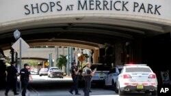 Alvaro Zabaleta, del Departamento de Policía de Miami-Dade, dijo que los detectives han respondido a la escena del tiroteo en el centro comercial de lujo en el sur de la Florida.