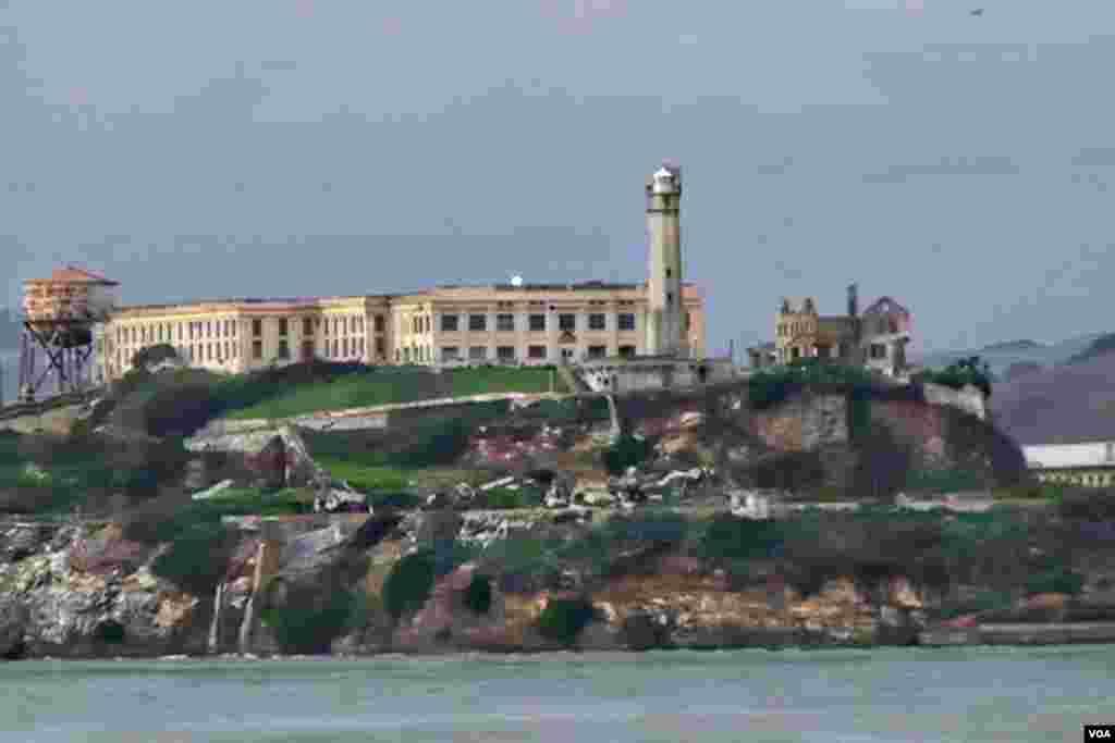 前重刑犯监狱所在的阿尔卡特拉斯岛(美国之音国符拍摄)