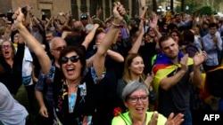 Des Barcelonais célèbrent la proclamation de l'indépendance déclarée par le Parlement catalan, le 27 octobre 2017