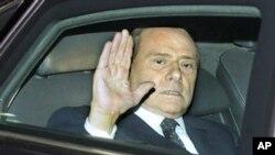 ອະດີດນາຍົກລັດຖະມົນຕີ Silvio Berlusconi ອອກຈາກທໍານຽບປະທານາທິບໍດີອີຕາລີໄປ ຫລັງຈາກປຶກສາຫາລືກັບ ປະທານາທິບໍດີ Giorgio Napolitano, ວັນເສົາ ທີ 12 ພະຈິກ 2011, ກ່ອນການປະກາດລາອອກຈາກຕໍາແໜ່ງຂອງທ່ານ.