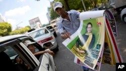 Lịch với hình ảnh lãnh tụ đối lập Aung San Suu Kyi được bán trên đường phố Yangon, Myanmar, ngày 12/11/2015.