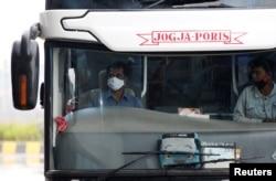 Seorang supir bus mengenakan masker wajah di terminal bus Pulo Gebang di tengah wabah virus corona (Covid-19) di Jakarta, 12 April 2020. (Foto: Reuters)