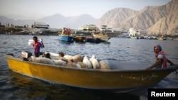 Dân Iran dùng thuyền để chở hàng buôn lậu qua eo biển Hormuz,ngày 26 tháng 9, 2012.