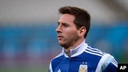 Pemain Argentina Lionel Messi dalam latihan sehari sebelum babak semifinal Piala Dunia antara Belanda dan Argentina, di stadion Itaquerao di Sao Paulo, Brazil, 8 Juli 2014.