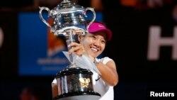 中國李娜手捧2014年澳大利亞大滿貫網球錦標獎盃