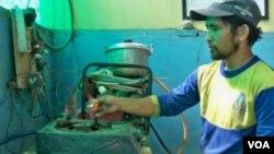 Api kompor yang dihasilkan dari biogas yang berasal dari sampah, dengan kualitas cukup bagus dan aman, tidak berbau. (VOA/R. Teja Wulan)