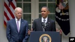 صدر اوباما وائٹ ہاؤس کے روز گارڈن میں نائب صدر جو بائڈن کے ہمراہ، 25 جون، واشنگٹن