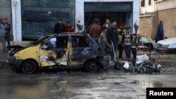 Cư dân Iraq tại hiện trường sau một vụ đánh bom tự sát. Iraq đang trải qua vụ rối loạn tệ hại nhất kể từ năm 2008.