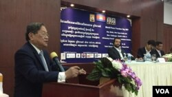 Khieu Kanharith, Minister of Information, speaks at the World Press Freedom Day in Phnom Penh, Cambodia, Wednesday, May 3, 2017. (Kann Vicheika/VOA Khmer)