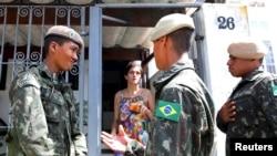在巴西圣保罗的士兵正在进行埃及伊蚊的检查,从而防止寨卡病毒的传播(2016年2月1日)