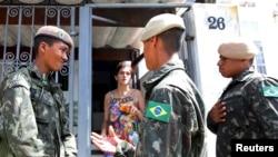 巴西軍人在聖保羅市挨家挨戶告訴人們關注寨卡病毒的傳播。