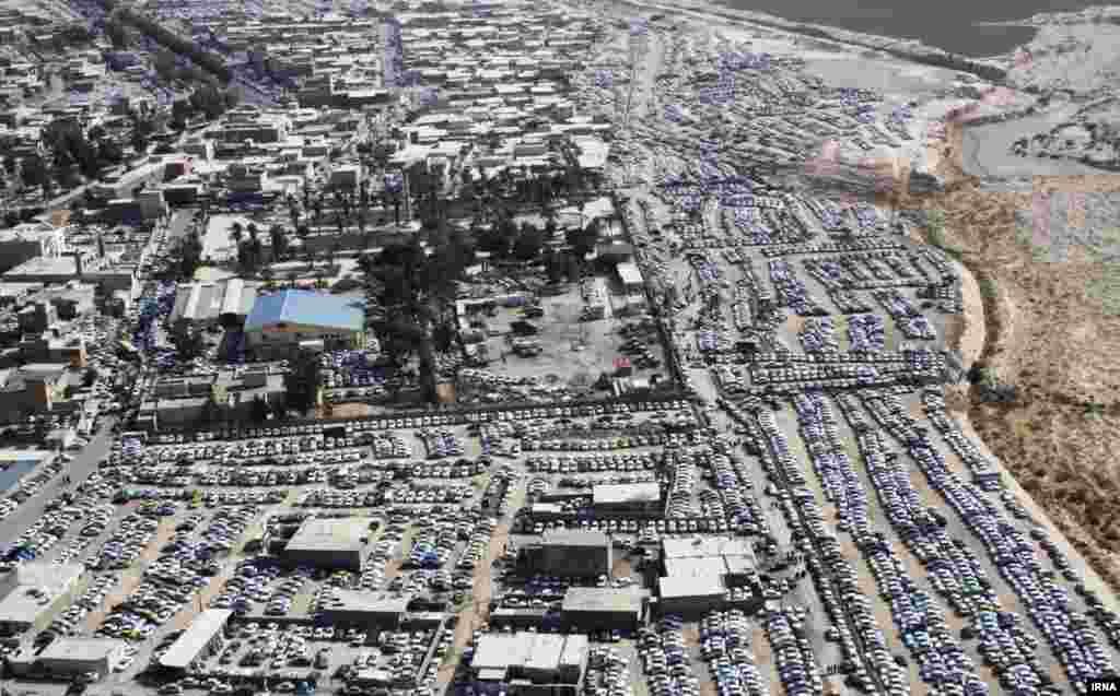 خیابان های شهر مرزی مهران و بیابانهای اطراف آن در پی عبور صدها هزار زائر ایرانی از این شهر و ورود به عراق به مناسب اربعین، به پارکینگ تبدیل شده است.