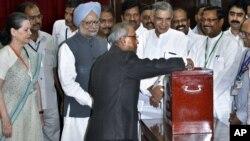 Ông Pranab Mukherjee bỏ phiếu trong cuộc bầu cử tổng thống Ấn Độ hôm 19/7/12