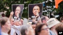 지난 달 러시아 모스크바에서 수감 중인 석유 재벌 미카힐 호도르코프스키의 50번째 생일을 기념하기 위해 모인 지지자들.