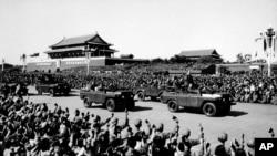 毛泽东和林彪在北京天安门广场检阅红卫兵(1966年10月19日)