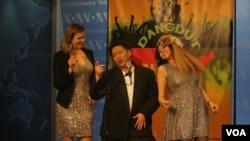 Salah satu peserta kompetisi Dangdut in America, Sir Diamond bersama juri Sania dan Catherine Short.