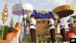 在西哈努克的丧礼队伍中他的灵柩由传统的丧仪凤凰船装载,走过金边街道