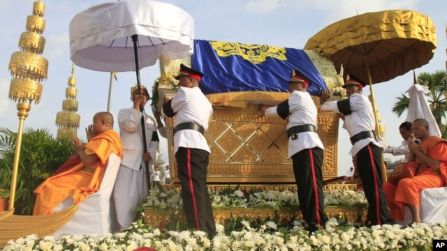 Procession of Cambodia's late King Norodom Sihanouk winds through the streets of Phnom Penh, October 17, 2012.