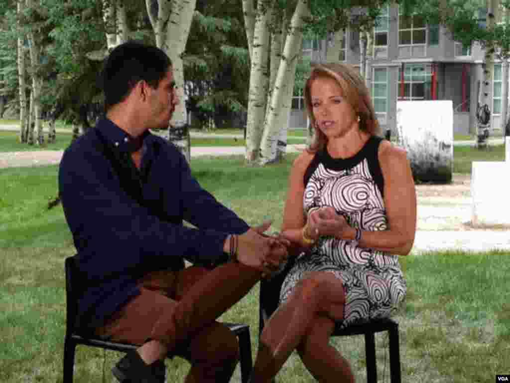 美国著名电视主持人库瑞克接受媒体采访