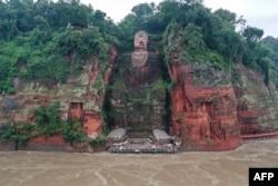 Patung Buddha Raksasa di kawasan Leshan, provinsi Sichuan, barat daya China, dikepung banjir setelah hujan lebat melanda kawasan tersebut, 19 Agustus 2020.