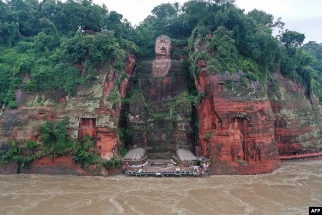 2020年8月19日被洪水包围的四川乐山大佛水势有所回落。