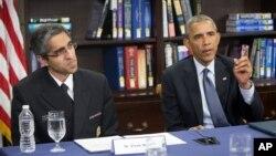 President Obama (kanan) dan dan Dr. Vivek Murthy membahas perubahan iklim dalam diskusi di Howard University di Washington, Selasa (7/4).