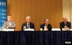 2016年4月28日,裴敏欣(左二)和沈大伟(右一)在美国全国民主基金会举行的研讨会上(美国之音记者林枫拍摄)