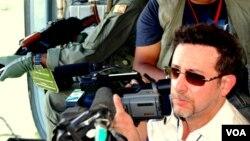 Thông tín viên Steve Herman đang quay phim từ trực thăng không quân Sri Lanka trên lãnh thổ của Những con hổ Tamil ngay trước khi tổ chức này thất bại trong cuộc nội chiến tháng 5 năm 2009.