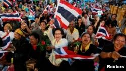 11月1日在曼谷市中心,泰国民众集会挥舞泰国国旗
