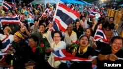 Para pengunjuk rasa melakukan aksi protes di pusat kota Bangkok, menentang diloloskannya RUU amnesti (1/11).