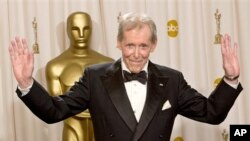 Peter O'Toole setelah menerima penghargaan kehormatan Academy Awards pada 2003. (Foto: Dok)
