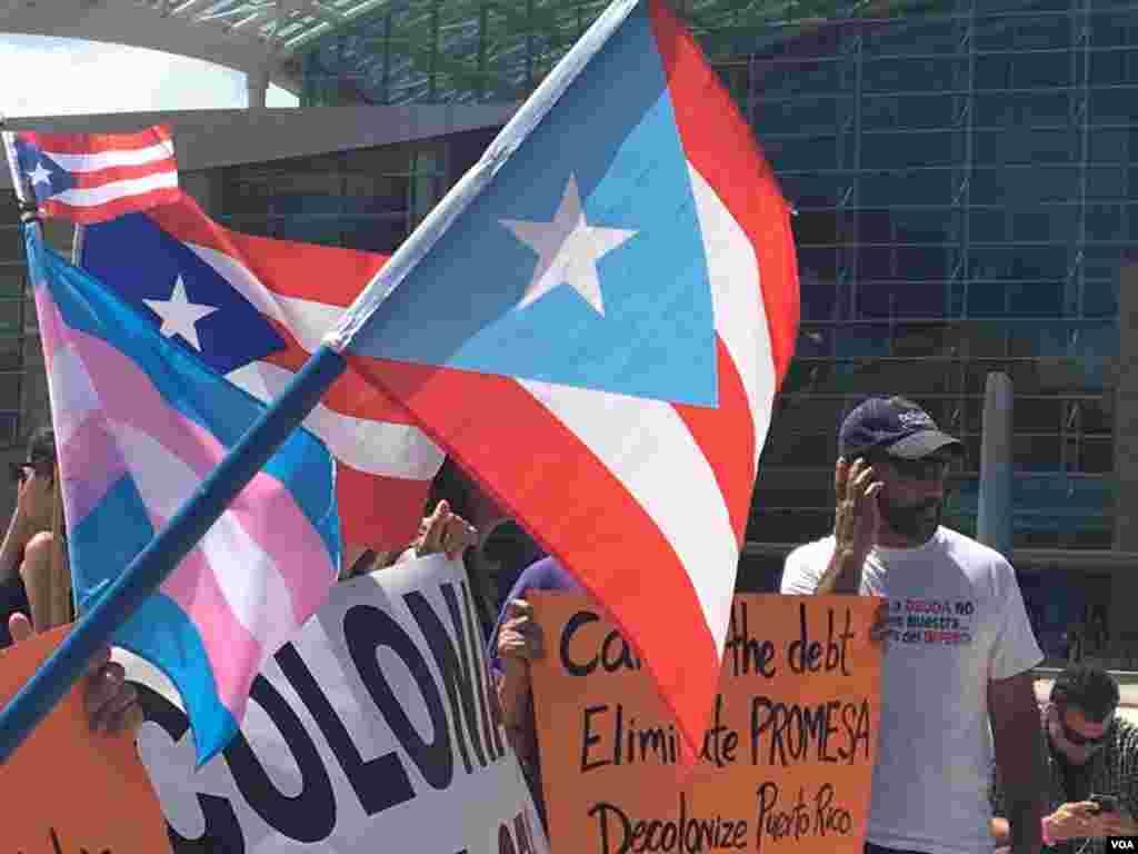 La protesta el mismo día de la visita del presidente Trump a la isla se realizó frente al Centro de Convenciones de Puerto Rico.