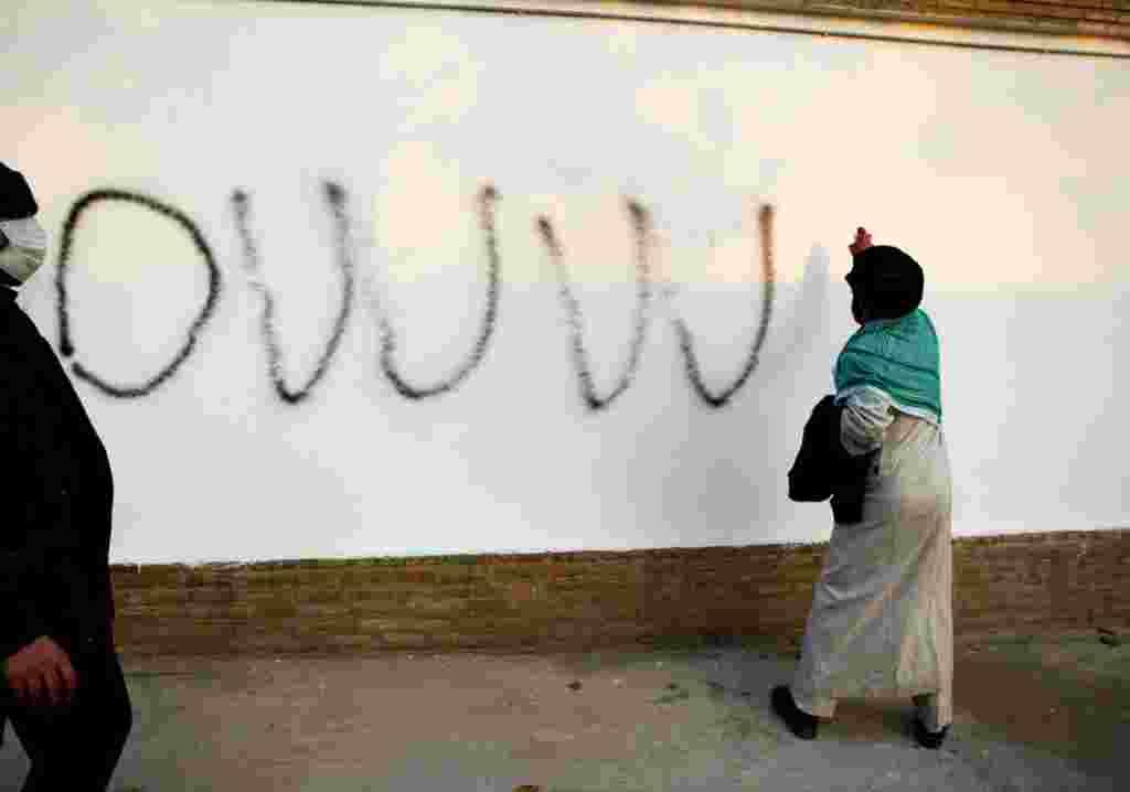Un clérigo hace un grafiti en el interior del recinto de la embajada británica.