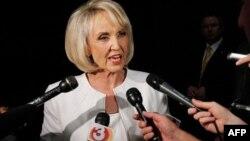 """Guvernerka Arizone Džen Bruer, žučna pobornica strogog anti-imigracionog zakona, smatra presudu federalnog sudije """"manjom preprekom na putu"""""""