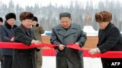 Esta foto tomada el 2 de diciembre de 2019 y divulgada por la agencia de noticias norcoreana muestra al líder Kim Jong Un, segundo desde la derecha, cortando una cinta para marcar el final de la construcción del municipio del condado de Samjiyon.