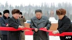 Pemimpin Korea Utara Kim Jong-n (dua dari kanan) memotong pita menandai selesainya pembangunan kota mandiri Samjiyon, 2 Desember 2019. (Foto: STR/berbagai sumber/AFP)