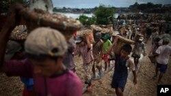 Trẻ em khiêng đá tại một bến cảng ở Yangon, Miến Ðiện. Các em kiếm được 3.000 Myanmar Kyat (khoảng 3,5 đô la Mỹ) sau khi bốc dỡ 300 rổ đá lên tàu.
