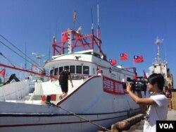 """渔船上打着""""保祖产 护主权""""的标语"""
