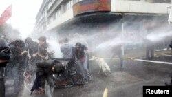 Para aktifis HAM yang berunjuk rasa menentang para pendukung mantan diktator Augusto Pinochet dan pemutaran perdana film dokumenter Pinochet, dibubarkan oleh polisi anti-huru hara dengan menggunakan semprotan air (10/6).