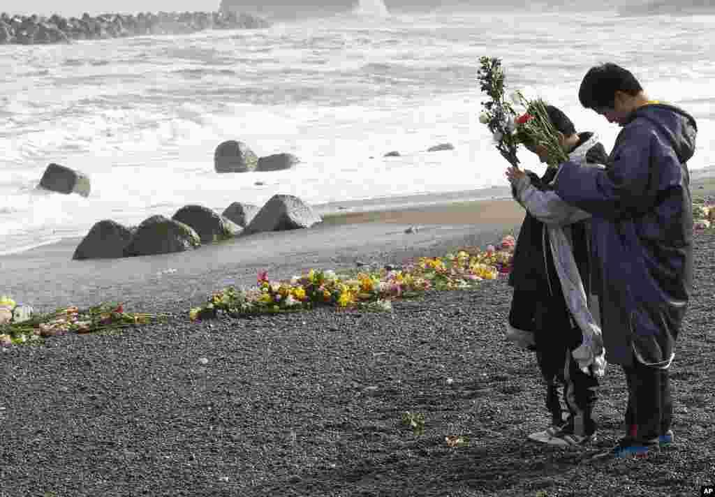 Момчиња се молат за нивните родители кои загинале во цунамито.