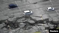 Retakan-retakan akibat gempa bumi di sebuah lapangan parkir kota Minamiaso, prefektur Kumamoto, Jepang selatan (16/4). (Reuters/Kyodo)