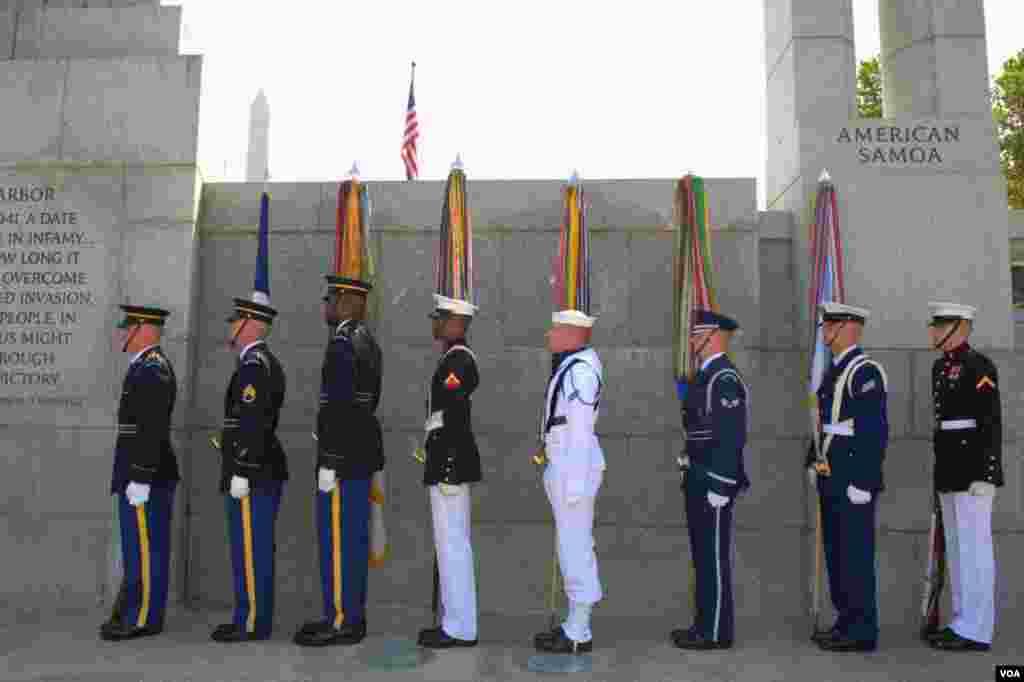 Вашингтон. Национальный мемориальный комплекс ветеранов Второй мировой. Перед выносом знамен