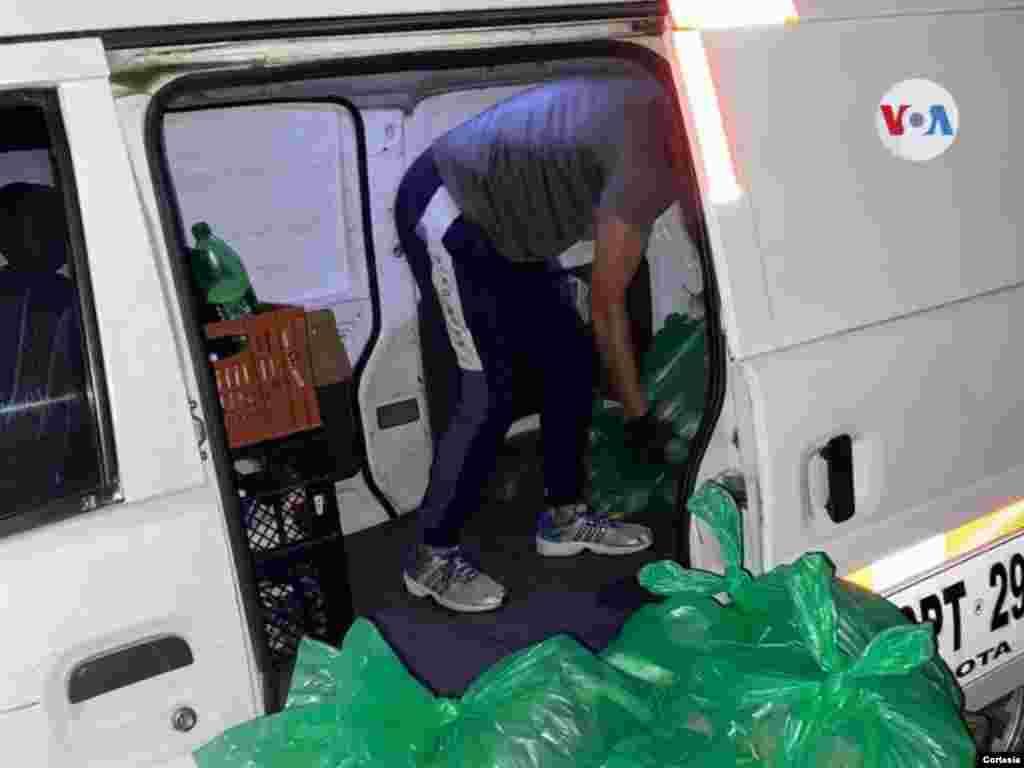 Los alimentos son distribuidos a través de un transporte destinado para el reparto de los víveres y alimentos no perecederos. [Foto: Diana Gutiérrez]